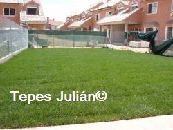 Jardín con césped natural Tepes Julián.
